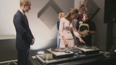 Will and Kate try their hands at DJing on Australian tour