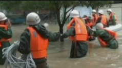 Rescuers evacuate people from their homes in Jiangxi.