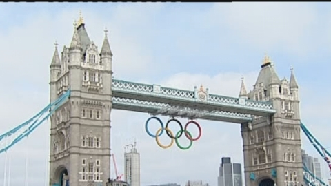 Olympic rings unveiled on London's Tower Bridge