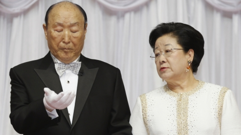 Sun Myung Moon and his wife conducting a mass wedding.