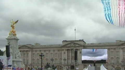 London 2012 athletes treated to flypass over The Mall