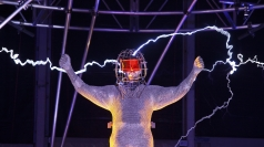 David Blaine begins 'Electrified' stunt.