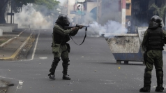 Violence as police fire gunshots during Panama protest