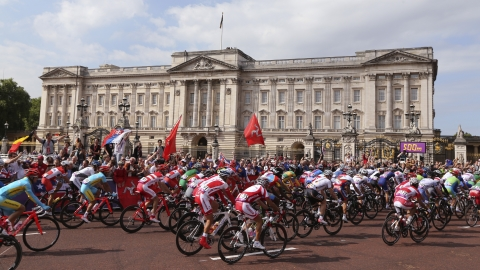 Cyclists pass Buckingham Palace during the London Olympics.