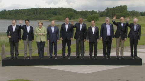 G8 leaders fail to agree on how to wave at family photo