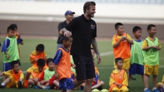 Beckham 'cheats' to beat Chinese kids at football