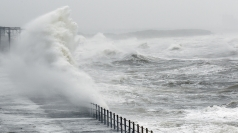 Strong winds and floods to hit UK